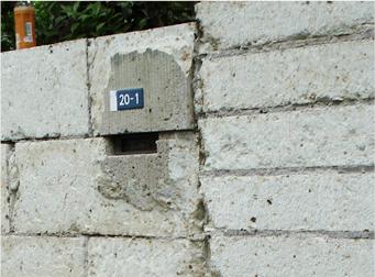 門柱と塀(塀の接合部)に隙間がある